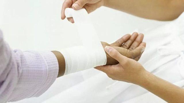 Обработка раны после операции: перевязка и растворы