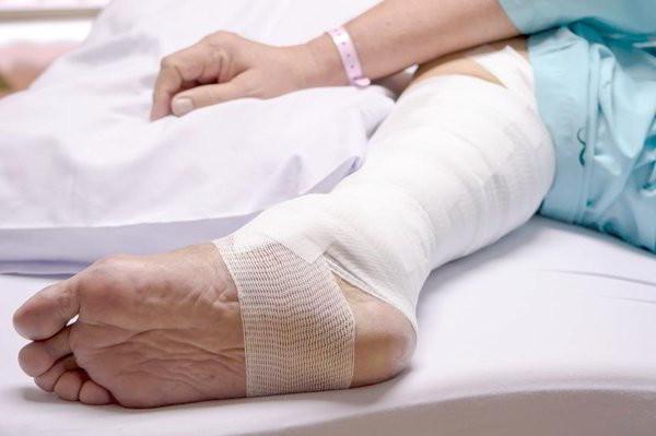 Не заживает рана на ноге долго: чем лечить и что делать