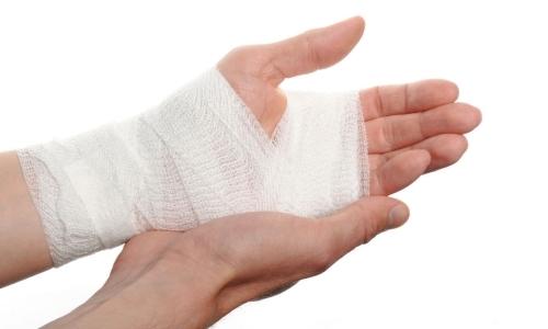 Из раны вытекает прозрачная жидкость: что это такое и как остановить